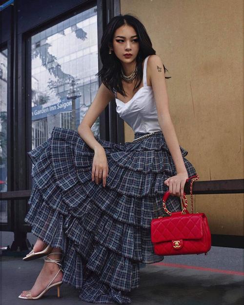 Phí Phương Anh xuống phố với set đồ đề cao vẻ đẹp nữ tính với áo hai dây, váy xếp tầng và bộ phụ kiện phối hợp ăn ý.