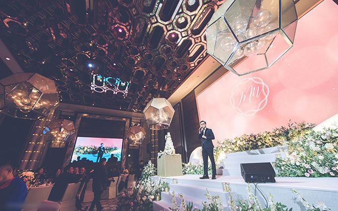 Phía trên sân khấu được điểm nhiều hoa tươi, làm tăng vẻ lãng mạn.