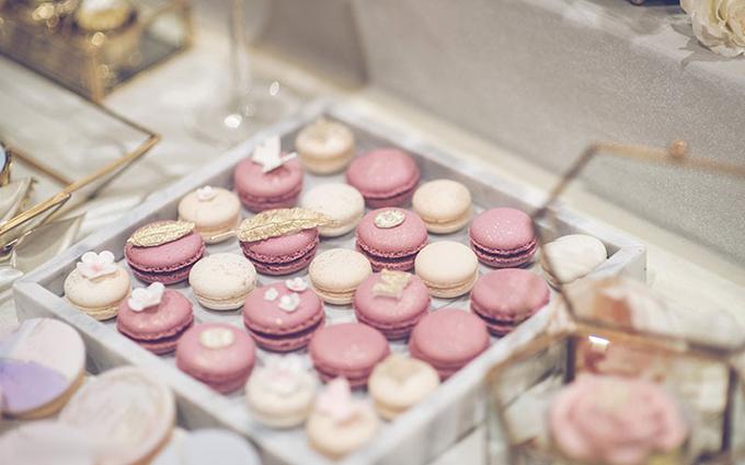 Uyên ương sử dụng bánh macaron để trang trí cho không gian hôn lễ.