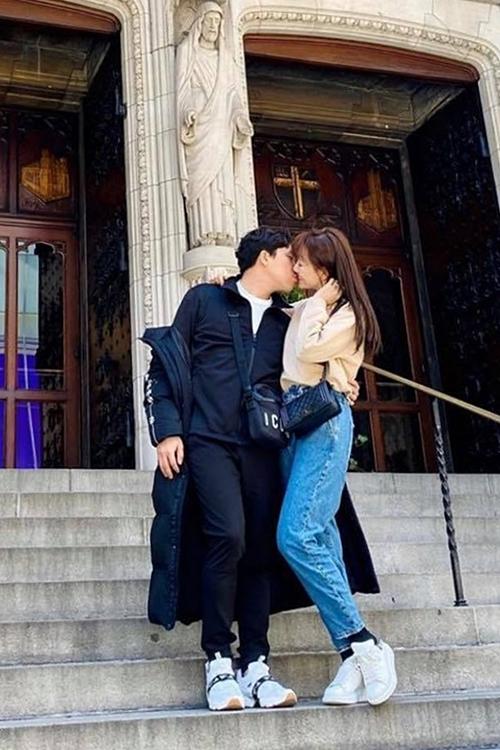 Trấn Thành hôn Hari Won phía trước một nhà thờ.