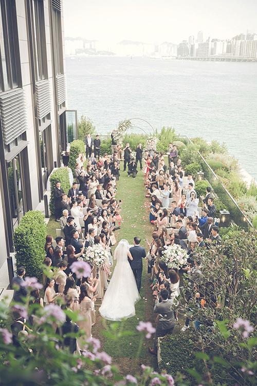 Uyên ương chia không gian đám cưới thành hai khu vực: phía ngoài trời để thực hiện nghi thức trao lời thề, còn sảnh tiệc được bố trí bên trong.