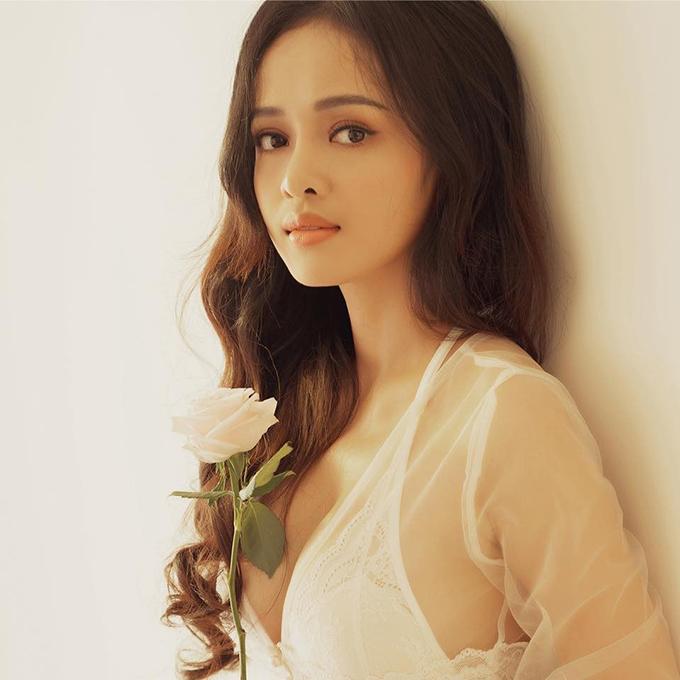 Thanh Trúc, 25 tuổi, được biết đến qua vai diễn Hương trong phim Cha và con và..., từng đóng cảnh nóng khi chưa đầy 18 tuổi. Hiện nay, ngoài nghiệp diễn, Thanh Trúc còn là MC, biên tập viên truyền hình.