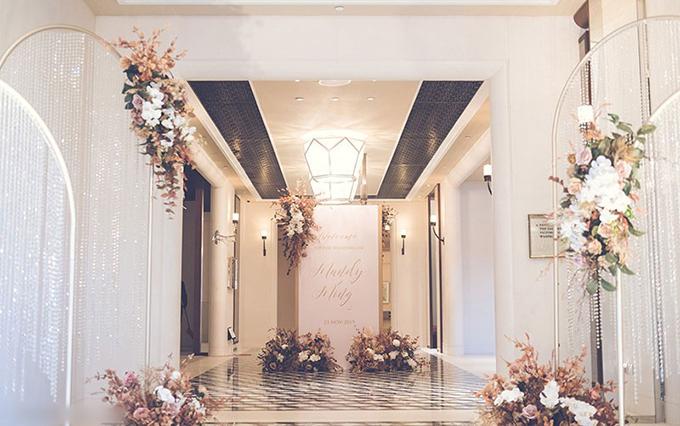 Sảnh phía ngoài hội trường tiệc được tô điểm với khung sắt mỹ thuật mạ vàng đồng gắn các dải dây pha lê - hot trend trang trí cưới năm 2020.