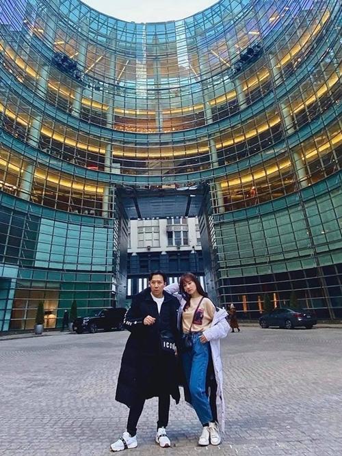 Thời tiết New York bước vào đầu xuân nên vẫn còn khá lạnh. Cặp đôi mặc áo khoác giúp giữ ấm khi khám phá những địa điểm nổi tiếng của thành phố.