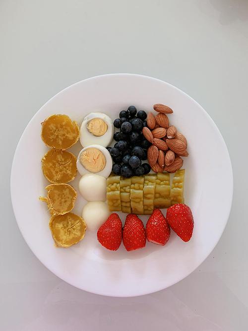 Eat Clean được hiểu là chế độ ăn sạch, giữ vị nguyên thuỷ của món ăn bằng cách chế biến hấp, luộc, hạn chế gia vị.