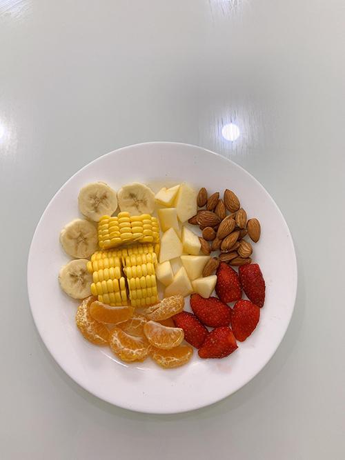 Nếu chúng ta ăn mặn nhiều sẽ gây tích nước tại thân, ăn ngọt gây tiểu đường. Vì thế Eat Clean là ăn nhạt, khắc phục nhược điểm của chế độ ăn thông thường, giúp ổn định cân nặng và sức khoẻ, Thanh Trúc cho hay.