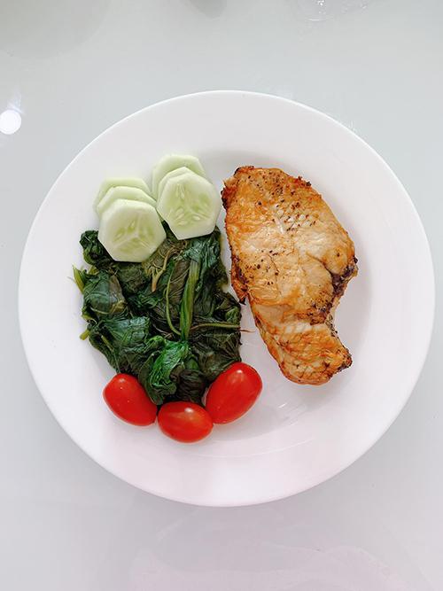 Món rau thường được Thanh Trúc hấp trong 5 phút để giữ độ tươi xanh của rau. Với món trứng, chị sẽ luộc trong 8 phút. Với món cá, gà, tôm, Trúc thường rắc hạt tiêu, nướng trong 15 phút.