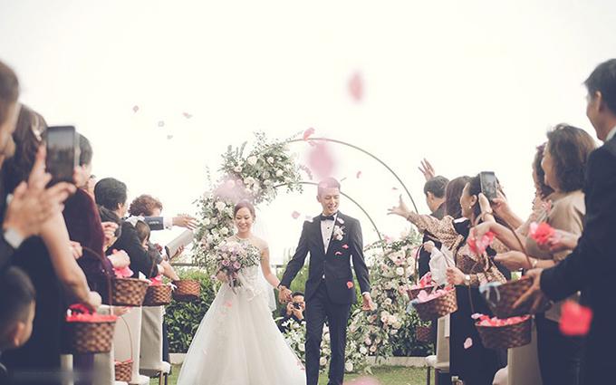 Ming và Mandy tổ chức đám cưới mang phong cách cổ điển với tông vàng hồng tại một khách sạn có khung cảnh nhìn ra thành phố và biển.