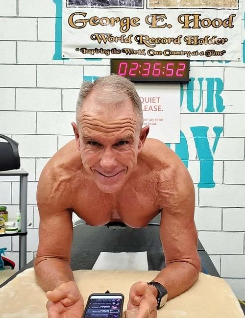 George Hood đang giữ kỷ lục về thời gian plank.