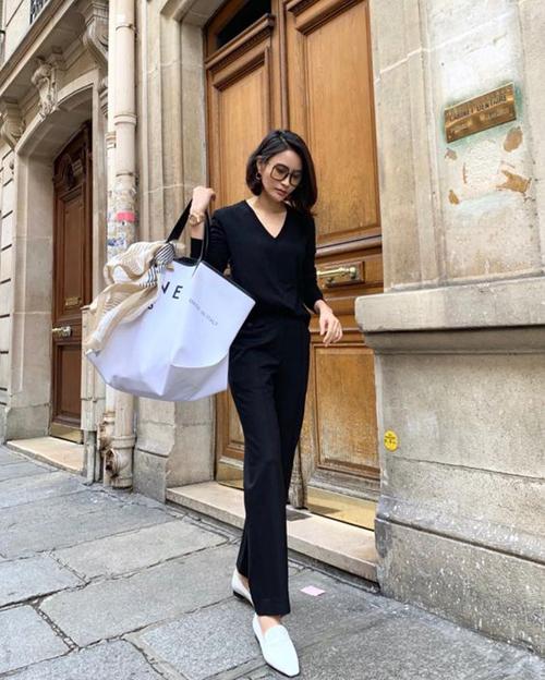 Set đồ dạo phố và đi mua sắm cho các nàng yêu sự trang nhã với cách mix đồ ton-sur-ton áo thun dài tay với quần ống đứng. Phụ kiện đi kèm là giày đế bệt hài hòa cùng túi xách big size.