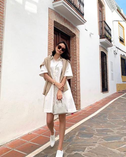 Những chiếc đầm sơ mi, màu đơn sắc và thiết kế trên chất liệu thoáng mát là sản phẩm phù hợp với tiết trời mùa nắng. Trang phục này có thể kết hợp cùng giày đế bệt tiệp màu, sandal quai mảnh để nàng dạo phố.
