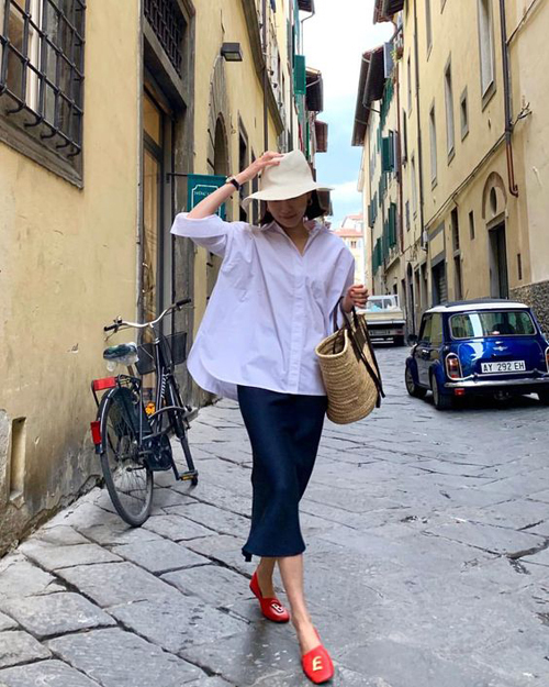 Thay vì các mẫu sơ mi ôm body khi đến văn phòng, áo over size sẽ mang tới tinh thần tự do, thoải mái cho phái đẹp khi dạo phố.