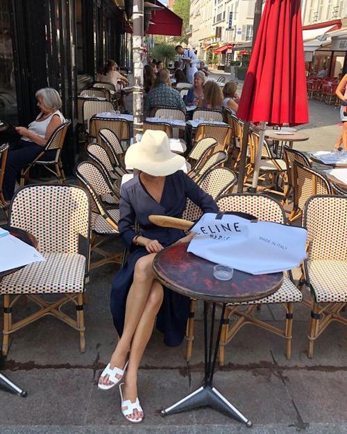 Nếu sợ đơn điệu bởi mặc đầm sơ mi quá đơn giản thì các nàng có thể tham khảo các mẫu váy vạt quấn, vạt xéo. Mẫu đầm dáng dài, đi kèm chi tiết xẻ cao và chiết eo rất dễ sử dụng khi đi mua sắm, cafe và hẹn hò ăn uống cùng bạn bè.