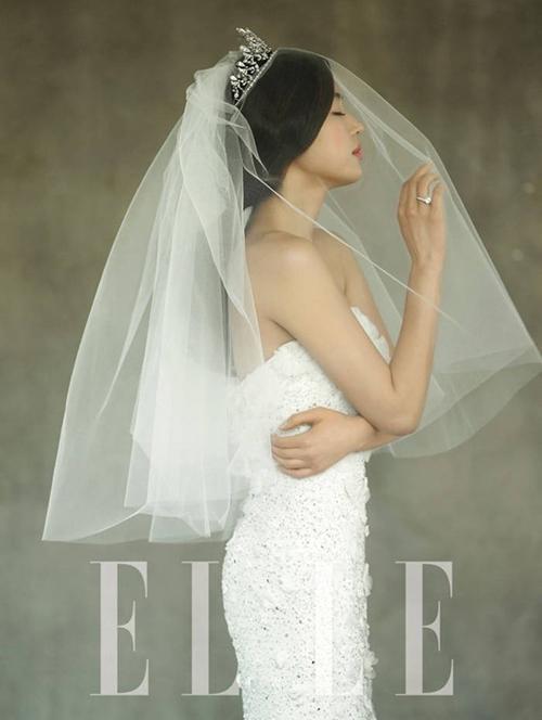 Jeon Ji Hyun thử sức với váy cưới quây ôm sát, đính hạt đá. Người đẹp trở nên cá tính với voan cưới ngắn không hoạ tiết.