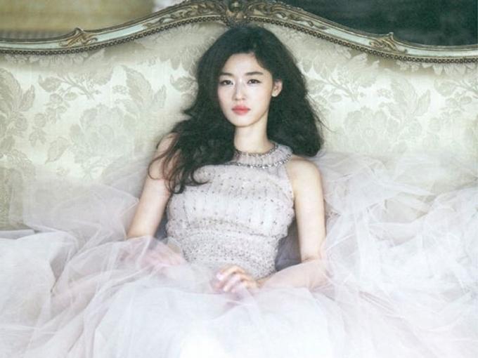 Bộ ảnhJeon Ji Hyunchụp 8 năm trước cho tạp chí Elle Korea bỗng hot trở lại với độc giả xứ Trung vì thần thái và nhan sắc trẻ trung.