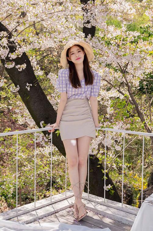 Chân váy ôm thiết kế trên tông màu trung tính, ngoài chi tiết dáng bút chì bó sát vòng 3 là các chi tiết draping để tăng sức hút cho trang phục.