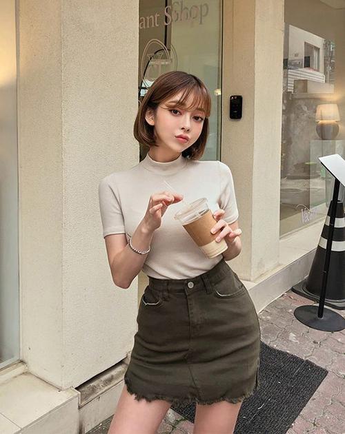 Đối với những bạn gái yêu phong cách khoẻ khoắng và năng động thì chân váy jeans lại được họ ưu ái hơn. Trang phục này có thể thoải mái mix-match cùng các mẫu áo thun ôm, áo blouse để xuống phố cafe.