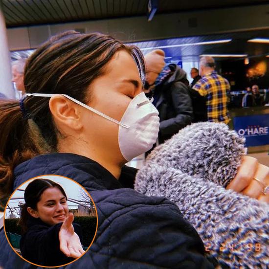 Selena Gomez sử dụng chiếc khẩu trang như mặt nạ phòng độc tại sân bay LAX ở Los Angeles khi cô cùng mẹ chuẩn bị đến Chicago.