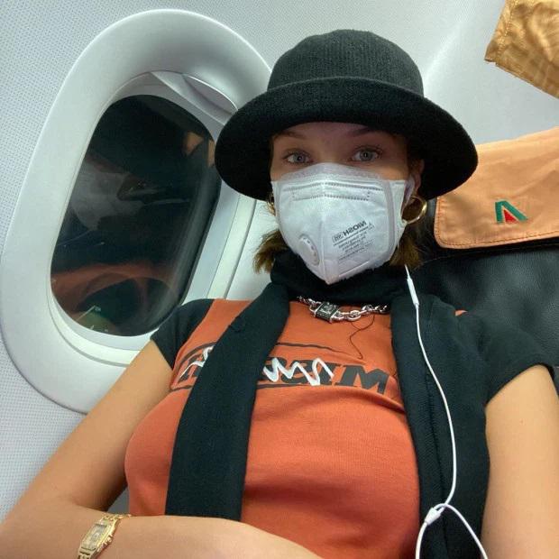 Siêu mẫu Bella Hadid đeo khẩu trang trong suốt chuyến bay từ Milan, Italy về Los Angeles. Cô rời Milan vào ngày 23/2 khi thành phố này bắt đầu bùng phát dịch Covid-19. Đến ngày 29/2, số ca nhiễm bệnh ở Italy đã lên tới 821, trong đó 21 người chết.