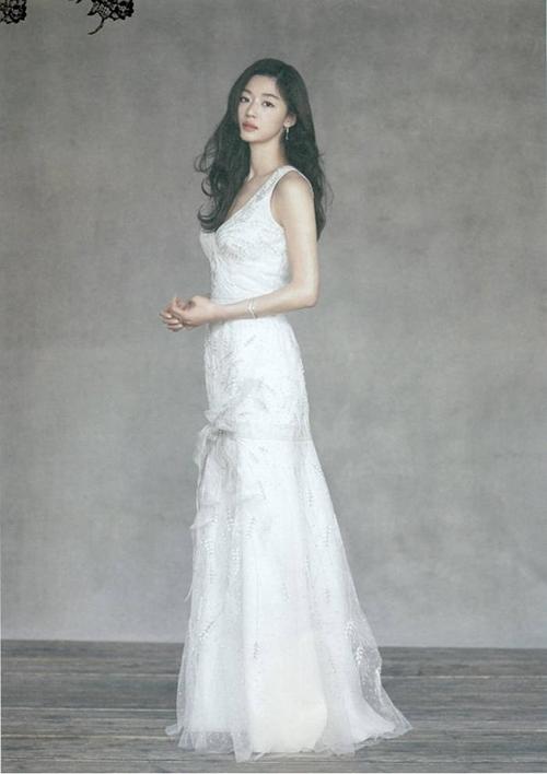 Một mẫu đầm mà Jeon Ji Hyun diện có dáng trumpet, xoè nhẹ từ ngang đùi. Mẫu đầm cổ vuông, ôm sát giúp tôn dáng ngọc của nữ minh tinh.