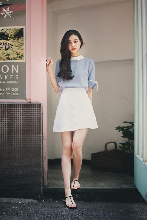 Váy chữ A dáng cao qua gối phù hợp với những cô nàng trẻ trung và thích kéo dài đôi chân khi mix đồ dạo phố.