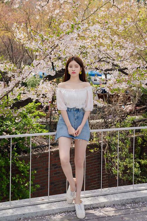 Chân váy jeans, áo trễ vai là combo giúp các nàng khoe nét gợi cảm và thể hiện phong cách thời trang dạo phố đúng chất mùa hè.