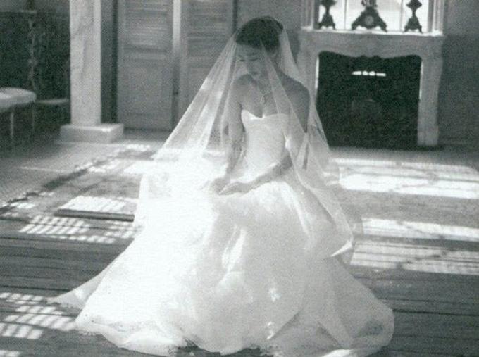 Jeon Ji Hyun diện thêm váy quây dáng xoè, không có hoạ tiết.