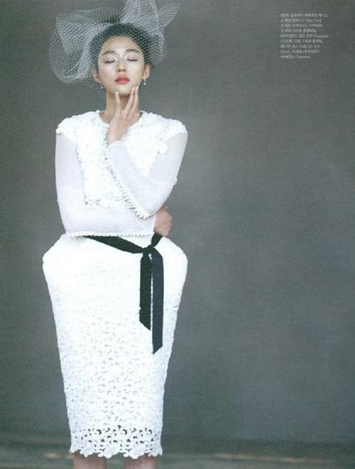 Váy cưới phá cách dáng quả chuông cũng không làm khó người đẹp. Mẫu đầm điểm ren dọc thân, được làm điệu bởi đai nơ màu đen. Jeon Ji Hyun lựa phụ kiện là mũ lưới, bông tai dài.