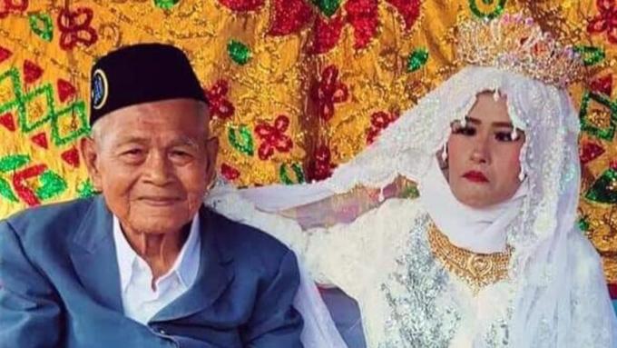 Cặp vợ chồng lệch tuổi tại đám cưới hôm 26/2 ở Indonesia. Ảnh: Istimewa.