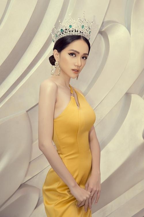 Hiện Hương Giang trở thành ngôi sao hàng đầu của showbiz Việt khi đăng quang Hoa hậu Chuyển giới Quốc tế 2018, hoạt động vai trò ca sĩ, diễn viên... Mỹ nhân 29 tuổi theo đuổi phong cách gợi cảm và luôn đầu tư hình ảnh chỉn chu trước công chúng.