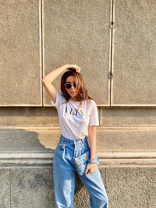 Kỳ Duyên chọn áo thun và clutch của cùng thương hiệu Louis Vuitton để phối cùng quần jeans đáy thụng, lưng cao.