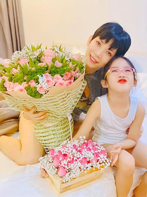 Trong ngày Lễ tình nhân, không chỉ Xuân Lan có quà, con gái cô cũng được bố mua hoa tặng.