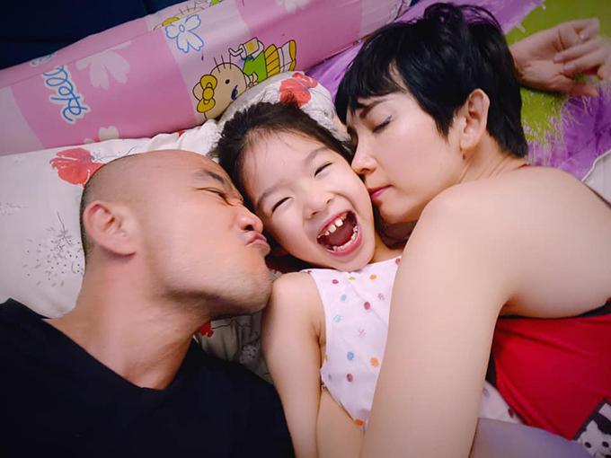 Ngày 29/2, Xuân Lan đăng tải bức ảnh hạnh phúc bên chồng con nhờ Faebook giữ hộ để 4 năm sau xem con sẽ lớn thế nào....có thêm Thỏ em nửa không?.