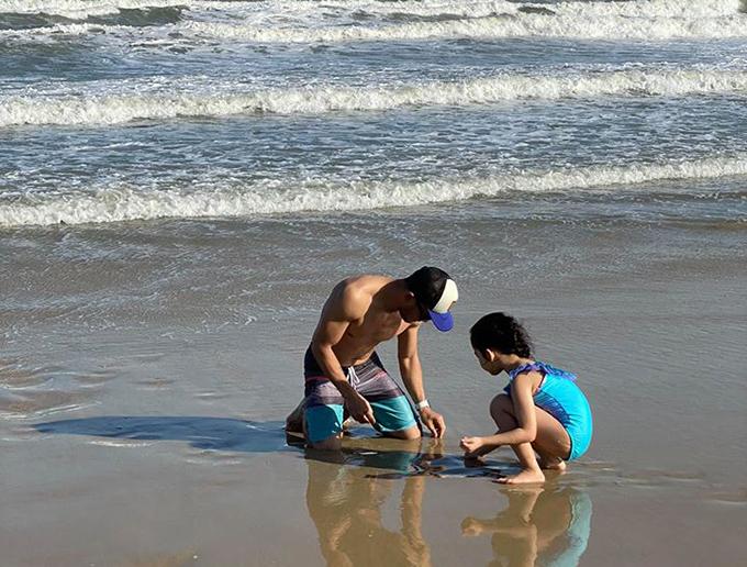 Anh chơi đùa, bắt ốc cùng con trên bãi biển. Ở tuổi 44, Ngọc Lâm cho biết mìnhcó bản năng của một người làm cha và thèm khát thiên chức đó. Anhiểu được cảm xúc của con nít và cũng biết cách làm bạn với chúng. Từ khi yêuXuân Lan, anh đã nghĩ mình phải có trách nhiệm với bé Thỏ. Anh muốn mình có một mái ấm hạnh phúc, cho cô cảm giác an tâm khi bên cạnh và bé Thỏ sẽ là người hạnh phúc nhất.