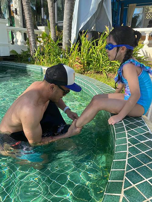 Hơn một tuần trước, vợ chồng Xuân Lan đưa con gái xuống Vũng Tàu du lịch. Ngọc Lâm cũng là người chăm chút cho con gái từng chút tại bể bơi.