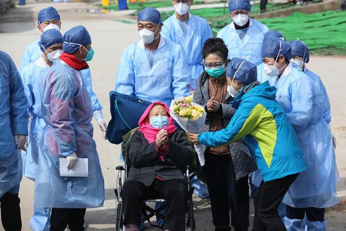 Các bác sĩ bệnh viện Leishenshan chúc mừng cụ bà được xuất viện. Ảnh: Xinhua.