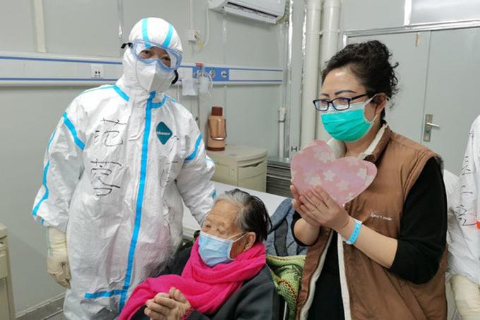 Cụ bà cùng con gái (bên phải) chuẩn bị xuất viện hôm 1/3. Ảnh: Xinhua.