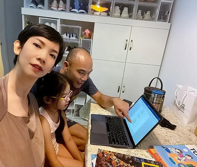 Bé Thỏ đang học lớp 1 tại một trường song ngữ nhưng đang nghỉ ở nhà do ảnh hưởng của dịch Covid-19. Xuân Lan dạy con học Toán và Tiếng Việt, trong khi ông xã dạy con máy tính và Tiếng Anh.