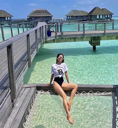 Áo thun Balmain được giọng ca Vẻ đẹp 4.0 phối hợp cùng áo tắm liền thân tông màu tương phản để mang tới set đồ đi biển.