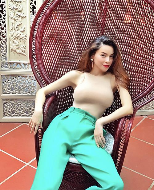 Những mẫu áo thun mỏng, màu nude kích thích thị giác cao cũng được Hồ Ngọc Hà thường xuyên sử dụng để mix đồ dạo phố.
