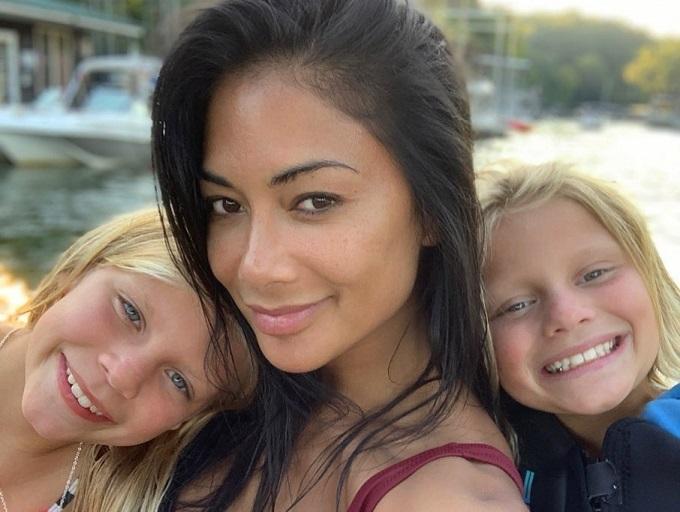 Nicole Scherzinger khoe mặt mộc mịn màng trong chuyến du lịch cùng cháu gái.