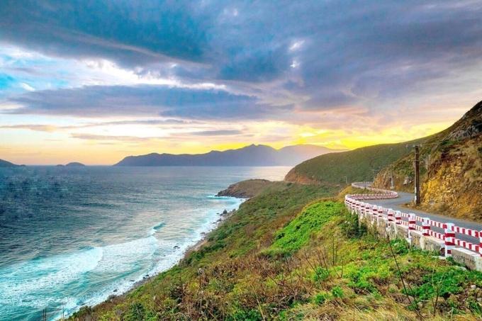 Đường ven biển từ bến tàu cao tốc ra sân bay Côn Sơn Ảnh thodia__condao