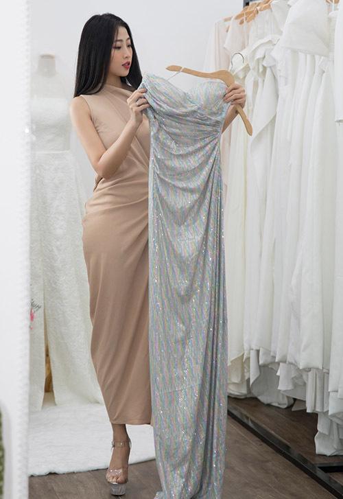 [Caption Nữ MC chia sẻ: Tôi biết đến 2 NTK này bắt đầu từ những bộ áo dài mang thương hiệu Kinzu. Sau đó là tới thương hiệu váy cưới này đây. Ở áo dài hay váy cưới, họ đều cho tôi thấy được sự nữ tính, thanh lịch và tao nhã, lại không làm mất đi sự gợi cảm, duyên dáng của người phụ nữ.