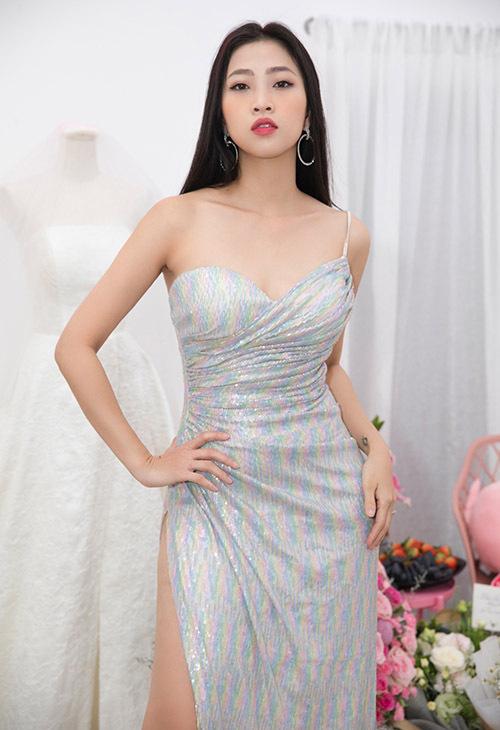 Liêu Hà Trinh khoe vai trần với váy cúp ngực, xẻ vạt cao.
