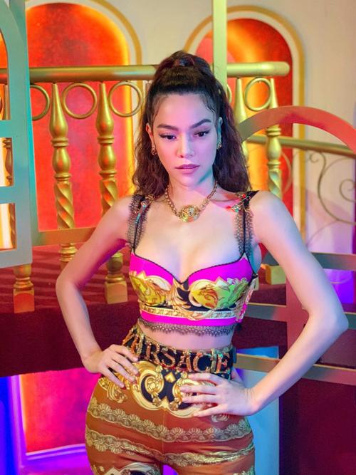 Những bộ cánh của Versace sắc màu rực rỡ, kiểu dáng bắt mắt luôn khiến hình ảnh của Nữ hoàng giải trí trở nên cuốn hút hơn.
