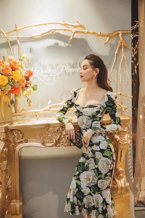 Váy Dolce & Gabbana in hoa hồng đậm chất lãng mạn được