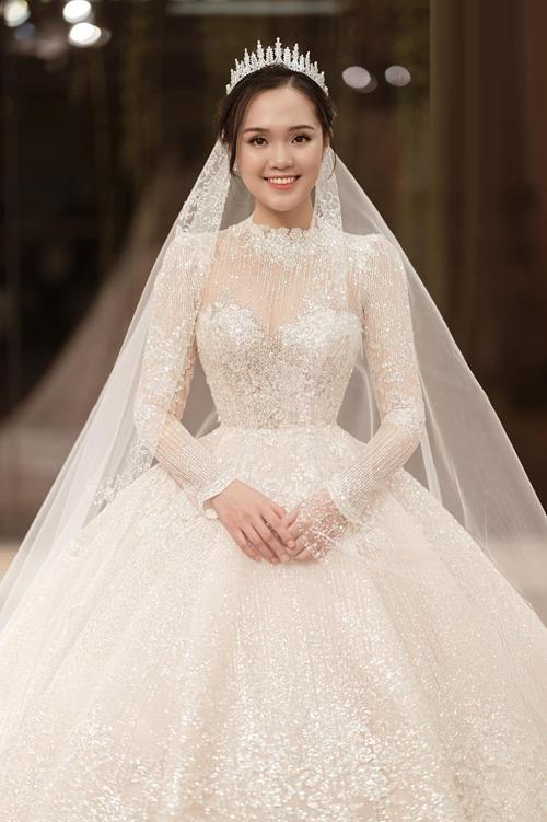 Bộ đầm là món quà mà Duy Mạnh tặng Quỳnh Anh và được NTK Phương Linh cùng cộng sự thực hiện suốt ngày đêm trong một tháng. Ảnh: Calla Bridal