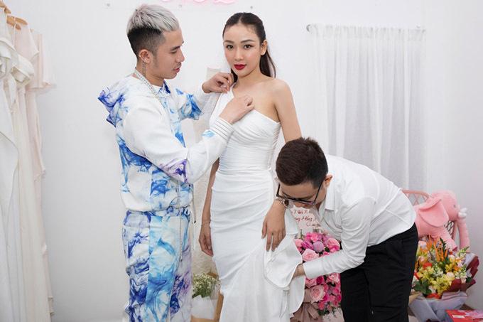 Phạm Sĩ Toàn và Huỳnh Bảo Toàn tự tay chỉnh sửa trang phục cho người đẹp Ngô Mỹ Hải.