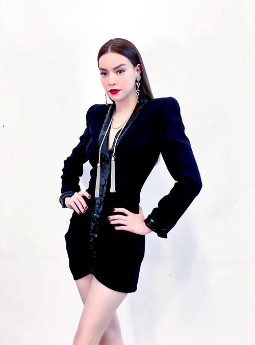 Khì hòa cùng trào lưu diện blazer dress, Hồ Ngọc Hà cũng chọn cho mình mẫu đầm ôm khít eo để tôn dáng gợi cảm.