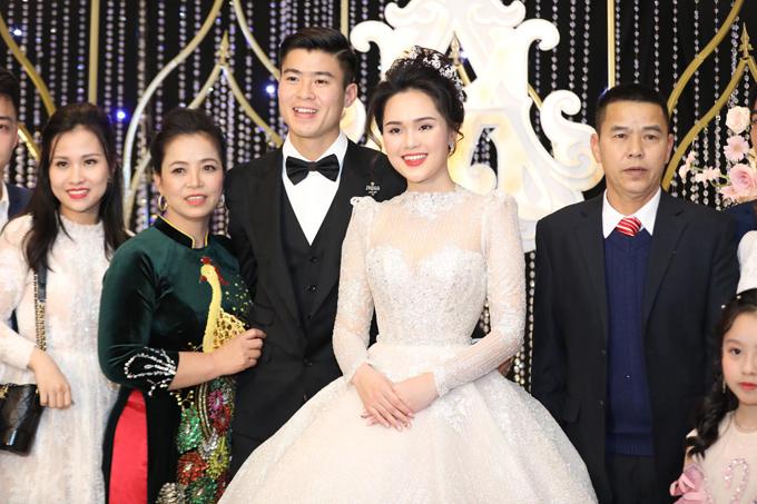 Trong ngày trọng đại, cô dâu Quỳnh Anh đã diện váy cưới đến từ NTK Phương Linh. Điểm đắt giá của bộ đầm nằm ở 8.000 viên pha lê Swarovski cao cấpđính kết dọc thân.